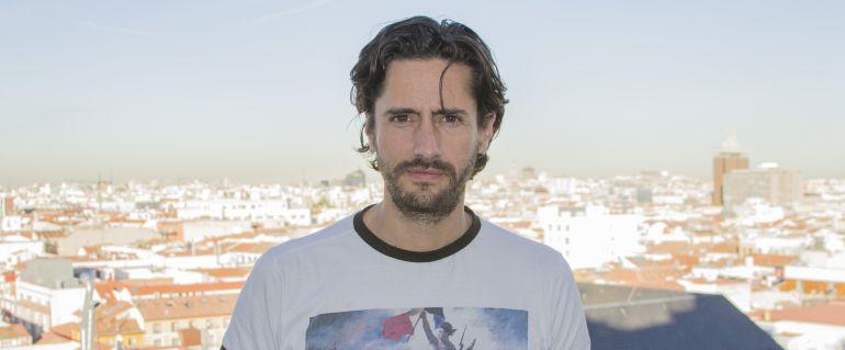 Juan Diego Botto en los exteriores de Cadena SER.