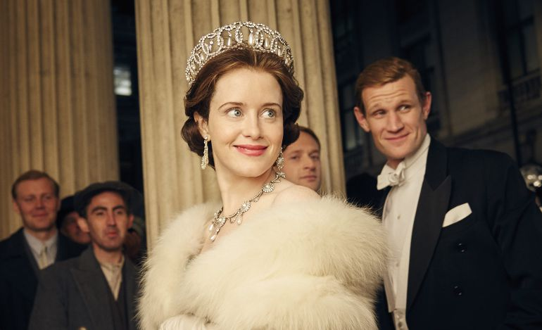 Fotograma de la serie de 'Netflix' 'The Crown' con una joven Isabel II y el duque de Edimburgo