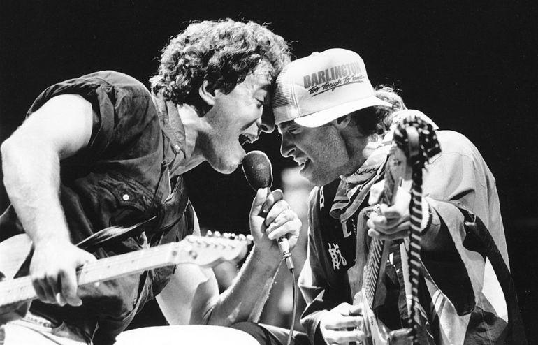 Bruce Springsteen junto a Steve Van Zandt durante un concierto