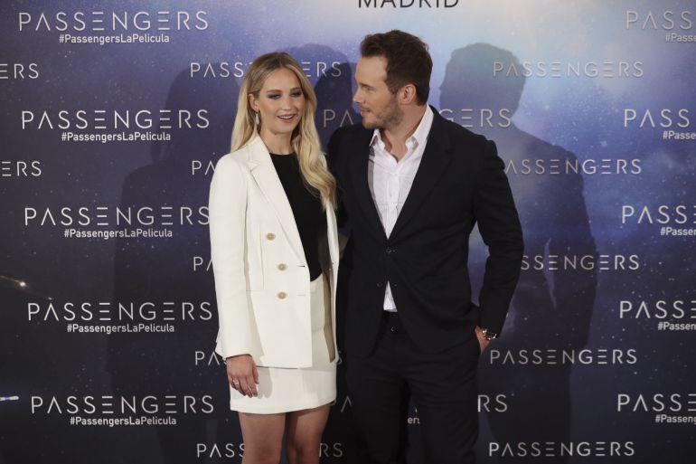 """Los actores Chris Pratt y Jennifer Lawrence posan hoy durante la presentación en Madrid de """"Passengers"""", un filme de ciencia ficción dirigido por Morten Tyldum, en el que interpretan a dos astronautas que viajan a otro planeta en busca de nueva vida."""