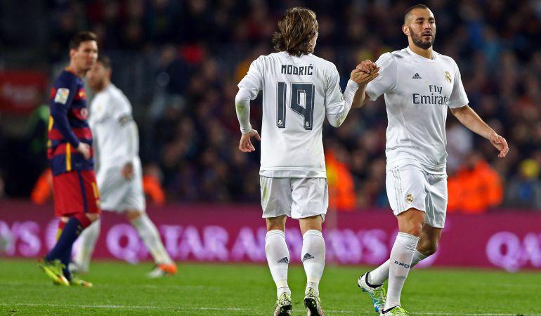 Modric y Benzema se saludan ante la mirada de Messi en el último Clásico