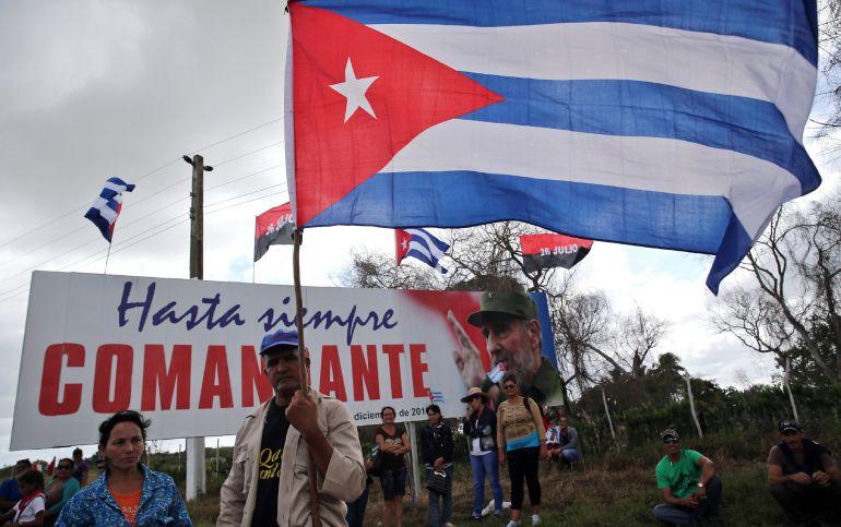 Un grupo de personas espera el paso de la caravana con las cenizas del fallecido líder cubano Fidel Castro hoy, jueves 1 de diciembre de 2016, en las afueras del pueblo de Jatibonico, en la provincia de Sancti Spiritus (Cuba).