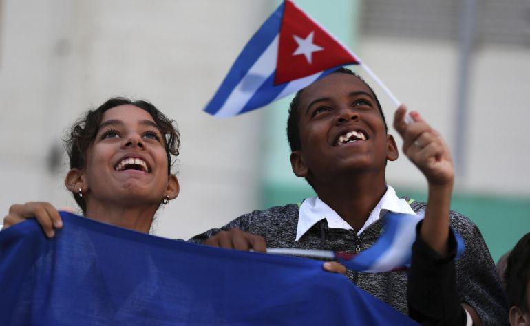 Cubanos saludan al paso de la caravana con las cenizas del fallecido líder de la revolución cubana, Fidel Castro