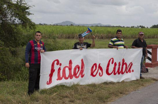 Cubanos a la espera de la caravana con los restos de Fidel