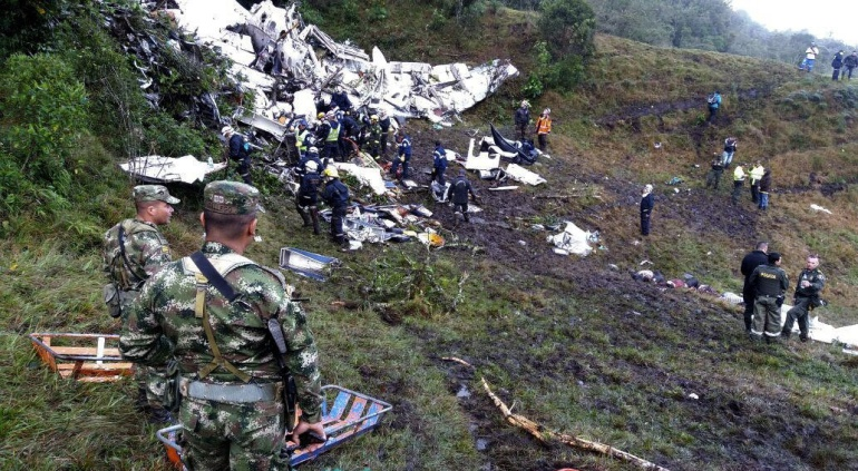 Imagen de los equipos de rescate recuperando cuerpos del avión accidentado en Colombia el pasado 29 de noviembre.