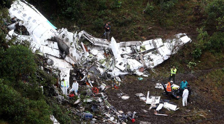 Los investigadores observan los restos del avión accidentado en el que viajaba gran parte de la plantilla del Chapecoense.