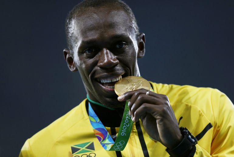 Usain Bolt con una de sus tres medallas de oro en Río 2016