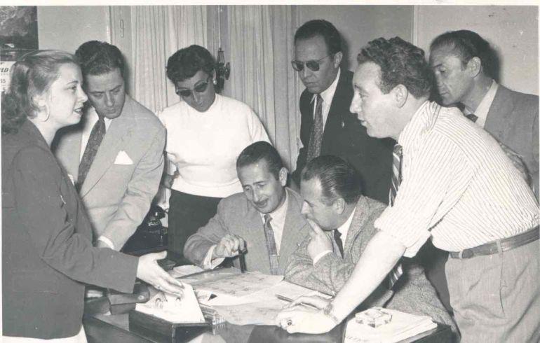 Guillermo Sautier Casaseca preparando una grabación con la compañía de actores de Radio Madrid. Los primeros, de izquierda a derecha, son Matilde Conesa, Pedro Pablo Ayuso, Juana Ginzo y Ramiro Muñoz.