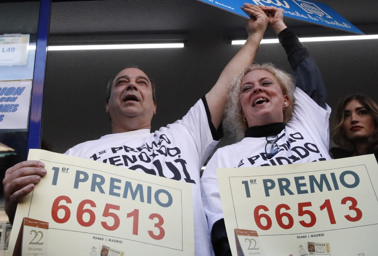 Los propietarios de la administración de Madrid que ha vendido íntegro el número 66.513, agraciado con el Gordo de Navidad, celebran el premio.