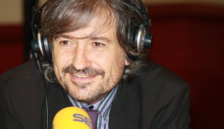 El periodista Carles Capdevila ante un micrófono de la Cadena SER en una imagen de archivo.