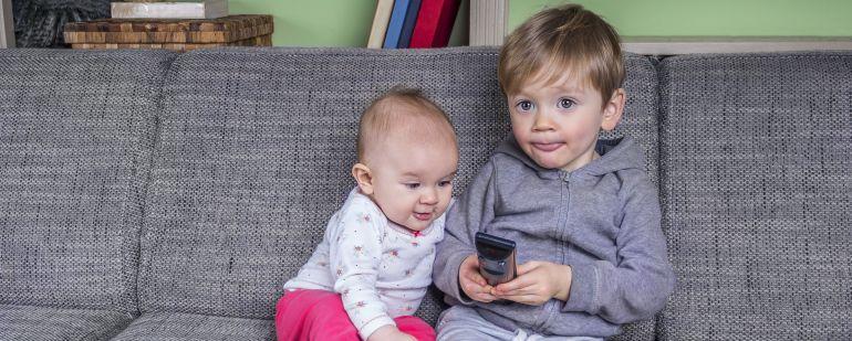Los expertos recomiendan que los pequeños no vean TV solos