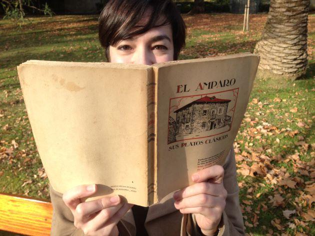Ana Vega (Biscayenne), con un ejemplar de 'El Amparo'.