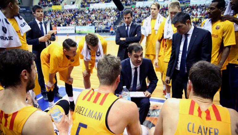 Georgios Bartzokas, con los jugadores del equipo de baloncesto del Barcelona.