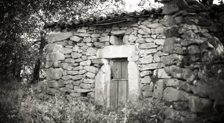 Imagen de una vieja casa de piedra en Navaluenga, provincia de Ávila.