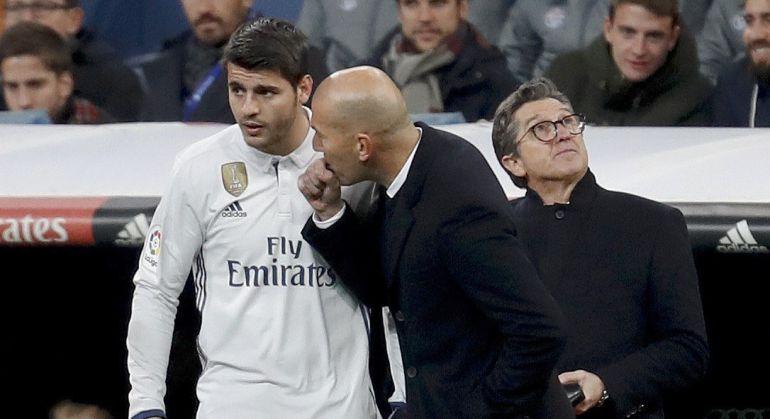 El técnico francés del Real Madrid, Zinedine Zidane, conversa con el delantero madridista, Álvaro Morata