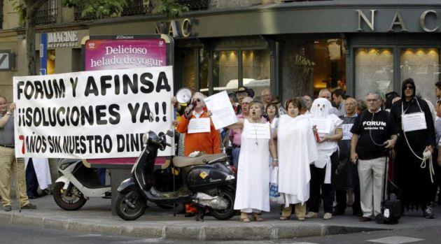 Perjudicados por la estafa de Fórum y Afinsa, durante una concentración para reclamar soluciones a su situación.
