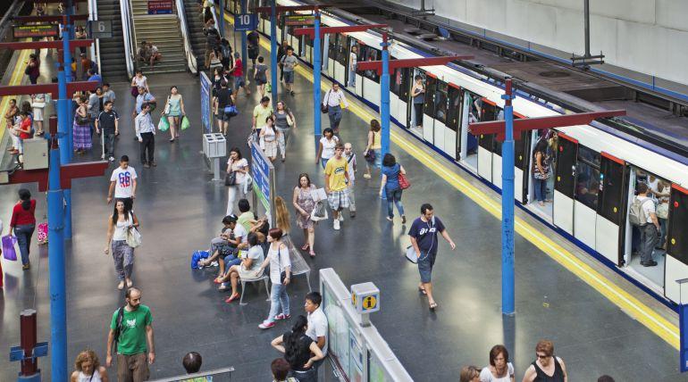"""Metro de Madrid niega que haya implantado """"empujadores"""" y habla de """"informadores"""""""