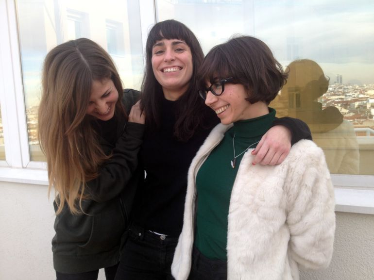 De izquierda a derecha: Sonsoles, Alicia y Paula (falta Ágata, que no pudo venir a la entrevista y se perdió estas risas en la terraza de la SER)