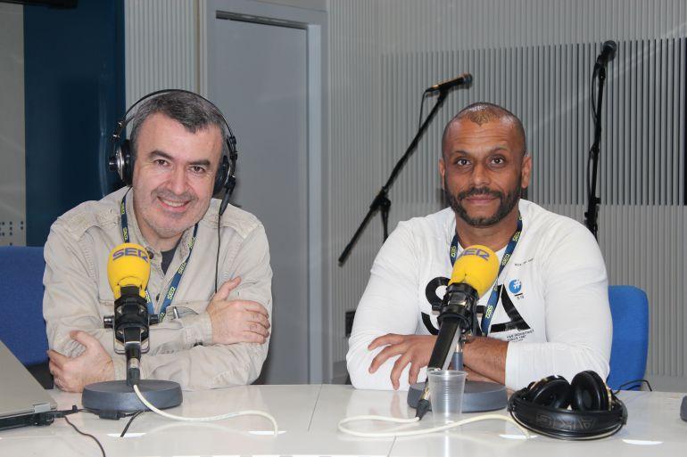 De izquierda a derecha: El escritor Lorenzo Silva y Guillermo de Jorge, suboficial del Ejército de Tierra y poeta, autor de 'Afganistán: diario de un soldado'.