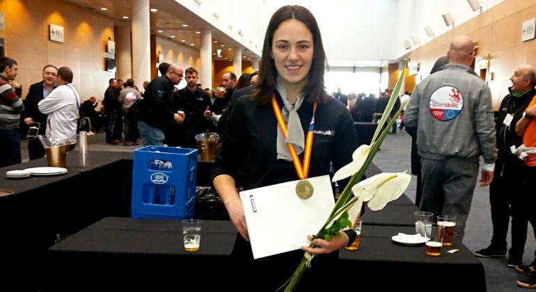 Silvia Folgueira, la ganadora de la medalla de oro en pintura de coches posa con su premio.