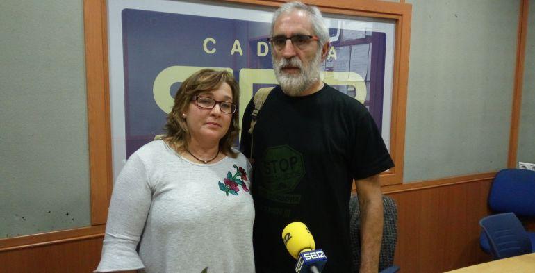 Rafael Carmona, portavoz de 'Stop Desahucios' Córdoba, junto a María Luisa, víctima de desahucio.