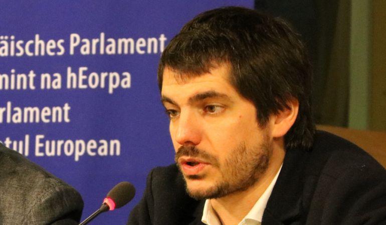 El eurodiputado de  ICV, Ernest Urtasun,durante una rueda de prensa en el Parlamento Europeo.