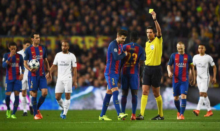 Aytekin enseña la tarjeta amarilla a Piqué