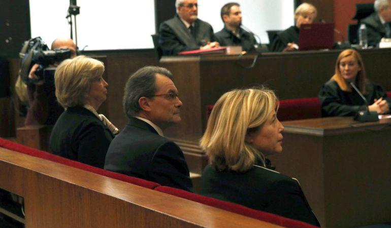 De izquierda a derecha, Irene Rigau, Artur Mas y Joana ortega durante el juicio por la consulta del 9-N