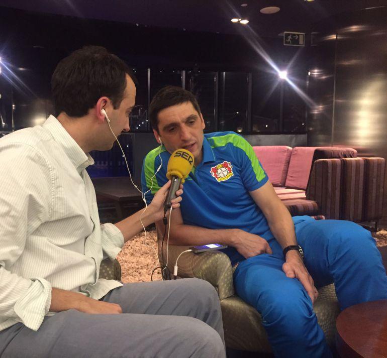 Tayfun, junto a Antón Meana, charla con Manu Carreño en 'El Larguero'