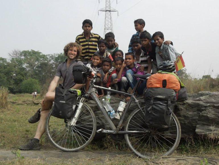 Javier Colorado, en la India durante su vuelta al mundo junto con su bicicleta 'Bicéfalo'