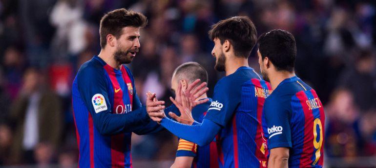 Gerard Piqué celebra con André Gomes su gol