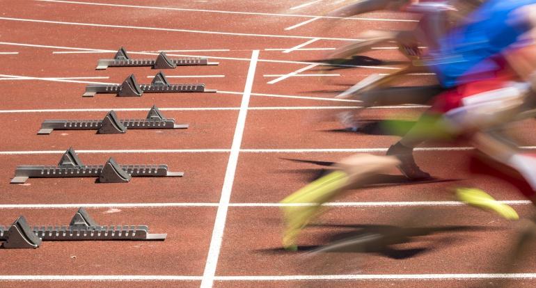 Imagen de un grupo de atletas que acaban de comenzar la carrera.