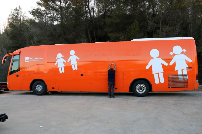 El autobús de 'Hazte oir', multado porque pierde aceite