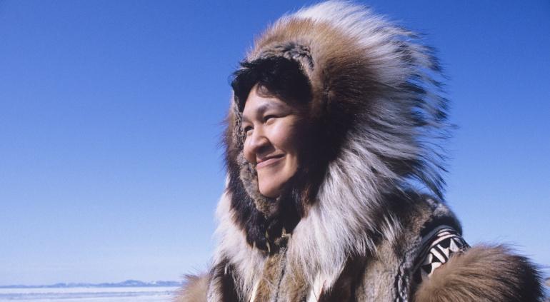 Imagen de una mujer perteneciente a la comunidad inuit.