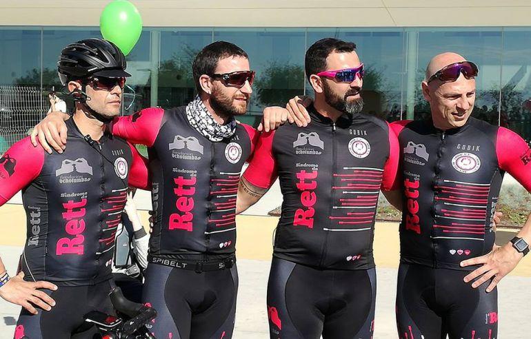 Dani Rovira junto a sus compañeros de equipo ciclista, antes de salir ayer camino de Roma.
