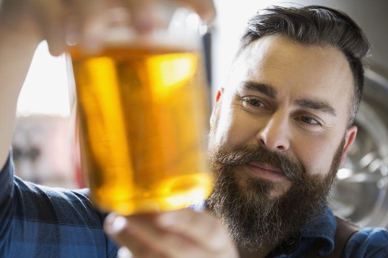 ¿Evitamos enfermedades óseas bebiendo dos cañas al día?