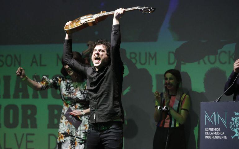El grupo Triángulo de Amor Bizarro recoge el galardón Gibson al mejor albun de rock, hoy durante la IX edición de los Premios de la Música Independiente que se celebra en el Teatro Nuevo Apolo de Madrid.