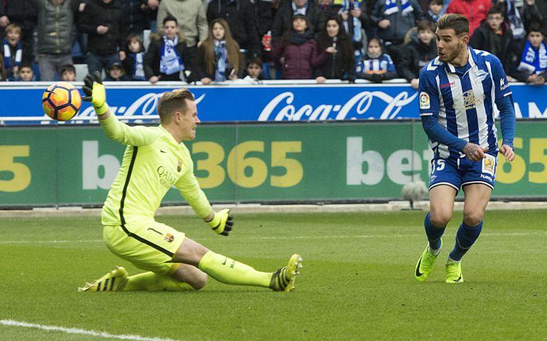 Theo Hernández encara a Ter Stegen en el partido de Liga entre el Alavés y el FC Barcelona