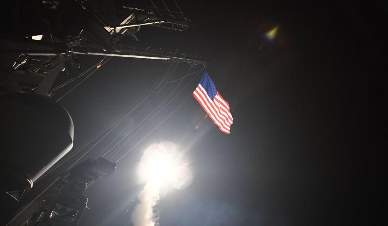 Fotografía cedida por la Oficina de Información de la Marina de los Estados Unidos que muestra la nave destructora de misiles USS Porter al momento de lanzar un ataque con misiles Tomahawk en el Mar Meditarráneo, este viernes 7 de abril de 2017