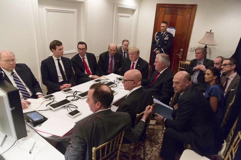 Fotografía facilitada por la Casa Blanca hoy, 7 de abril de 2017, que muestra al presidente estadounidense Donald Trump (c), durante una sesión informativa sobre los bombardeos en Siria, en su resort de Palm Beach, Florida, Estados Unidos, ayer, 6 de abril de 2017.