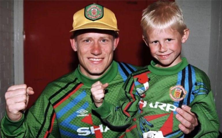 Un joven Peter Schmeichel con su hijo Kasper en una foto de archivo