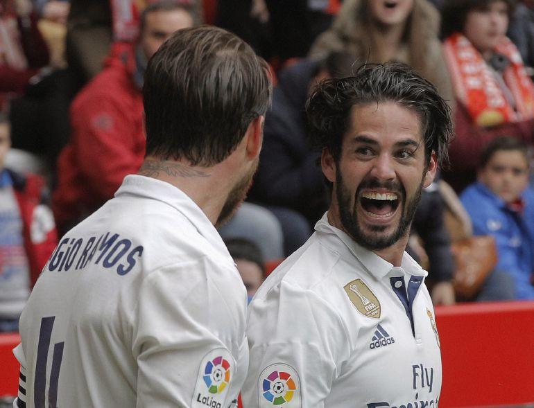 Isco festeja uno de sus goles en El Molinón con Sergio Ramos