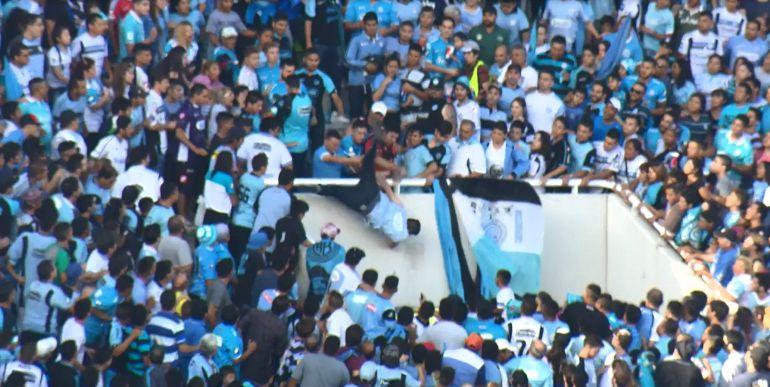 Captura de pantalla de un vídeo cedido por el medio de comunicación El Doce, que muestra el momento en el que el joven Emmanuel Balbo cae desde las gradas