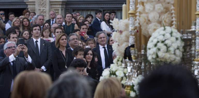 Los ministros de Defensa, María Dolores de Cospedal y de Interior, Juan Ignacio Zoido contemplan desde uno de los palcos del ayuntamiento de Sevilla uno de los pasos de palio que procesionaron el Sábado Santo por las calles de la capital andaluza.