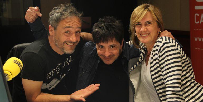 Santi Balmes, vocalista de 'Love of lesbian', acompañado por Juan Carlos Ortega y Gemma Nierga.