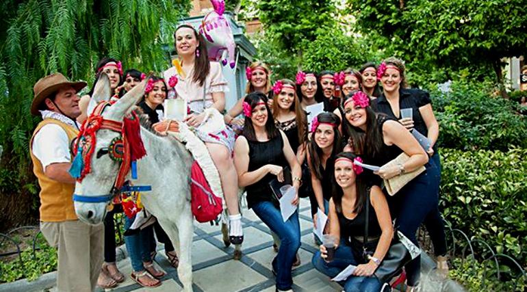 Imagen de un grupo de chicas que ha alquilado un 'burro-taxi' para celebrar una despedida de soltera en Granada.