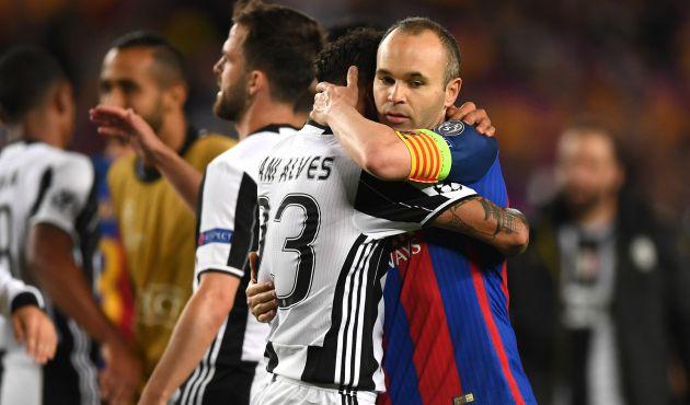 Dani Alves abraza a Andrés Iniesta al término del Barcelona - Juventus.
