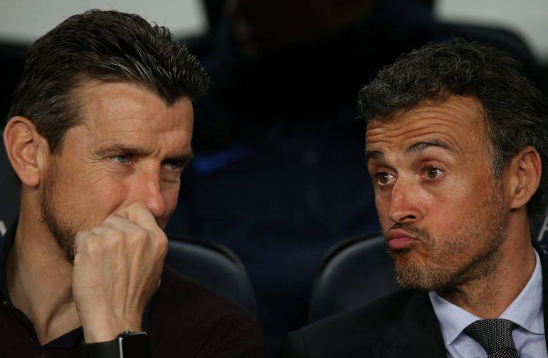 Luis Enrique charla con Unzué en el banquillo del Barça