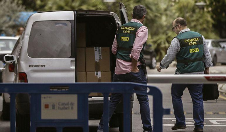 Agentes de la Unidad Central Operativa de la Guardia Civil (UCO), durante el registro que han llevado a cabo hoy en la sede del Canal de Isabel II, en el marco de una operación contra la corrupción en la empresa pública, en la que han sido detenidas doce personas, incluido el expresidente de la Comunidad de Madrid Ignacio González.