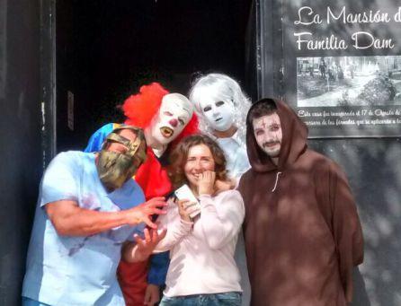 Paqui con los actores de La Mansión de la Familia Dam